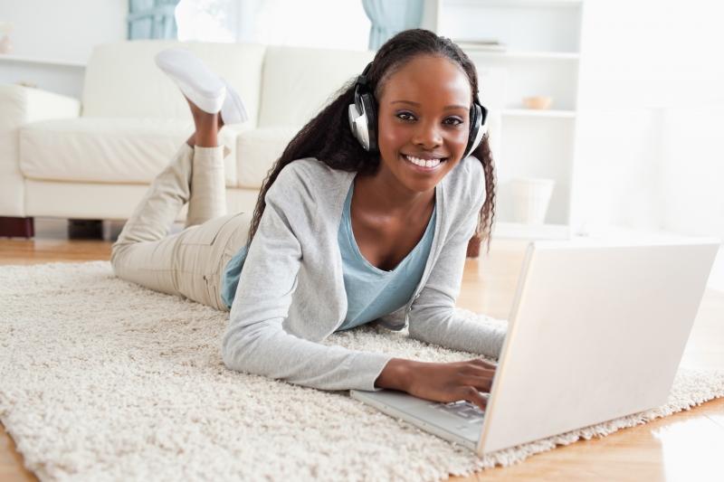 kvinna lyssnar på musik på datorn